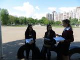 Слободян Р. О. інформує маму потенційного вступника та  її подругу про НУБіП України під час проведення ЗНО