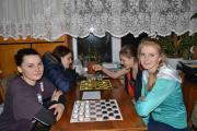 Змагання з шашок, окремо проходять змагання серед дівчат 16 студенток поділені на 4 групи