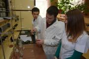 Студенти IV курсу факультету тваринництва та водних біоресурсів проводять хімічні дослідження свіжості м'яса в навчальній лабора