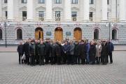 Учасники конференції перед головним корпусом Українського державного університету залізничного транспорту.