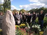 Покладання квітів на могилу В. О. Сухомлинського
