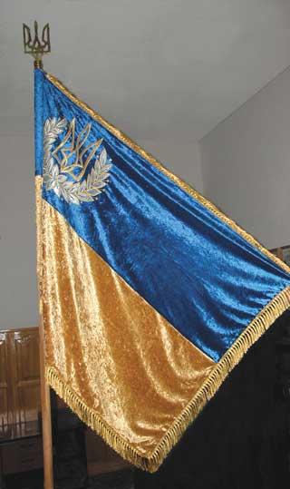 Прапор НАУ. На основі прапору України. У лівому верхньому куті Малий герб України обрамлений лавром.
